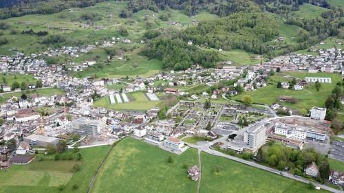 3 Baustellen auf einen Blick: Acherhof (unten links) Spital Schwyz (unten rechts) Überbauung Magdalena (hinten rechts)